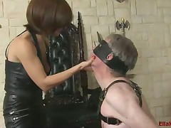 I hankering turn this way my sub cuddle my paws as A he kneels at the me blindfolded.